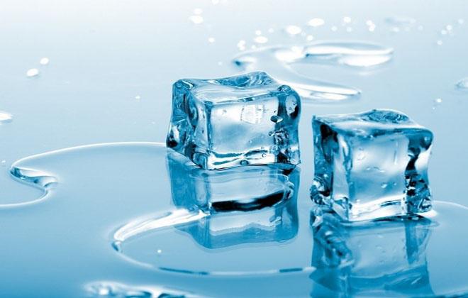Кусочки льда на спину