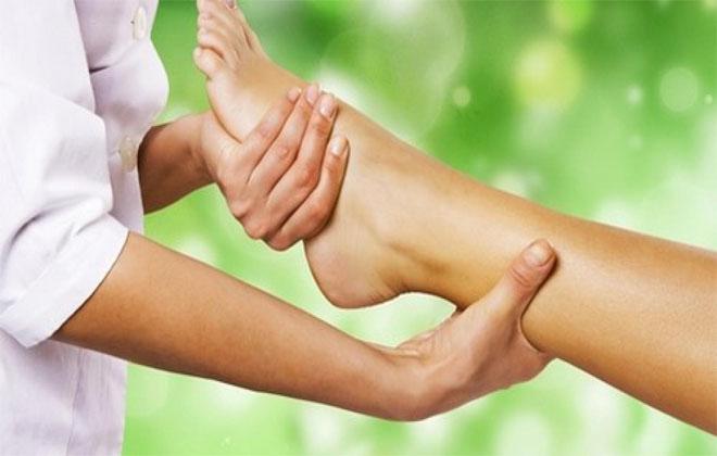 Массажировать ноги