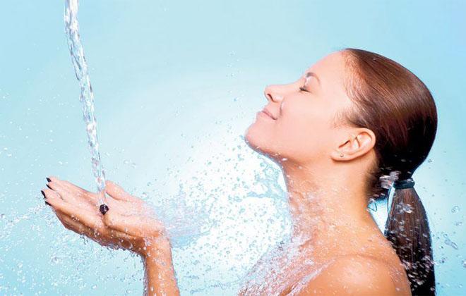 Принимать контрастный душ
