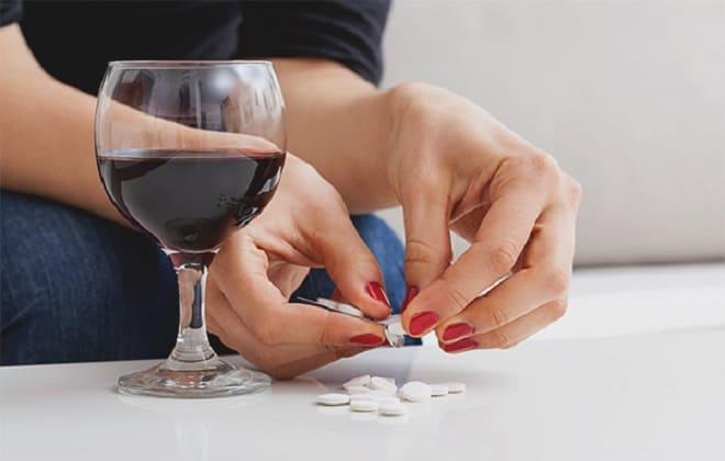 Бокал с вином и таблетки