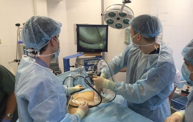 Хирурги выполняют операцию