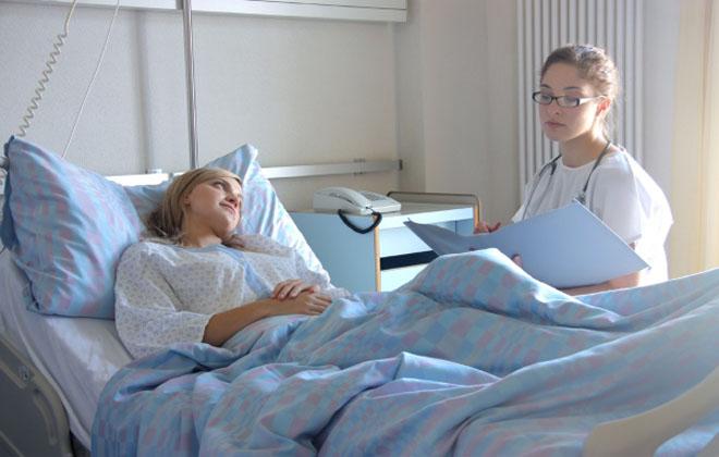 Лежать в больнице