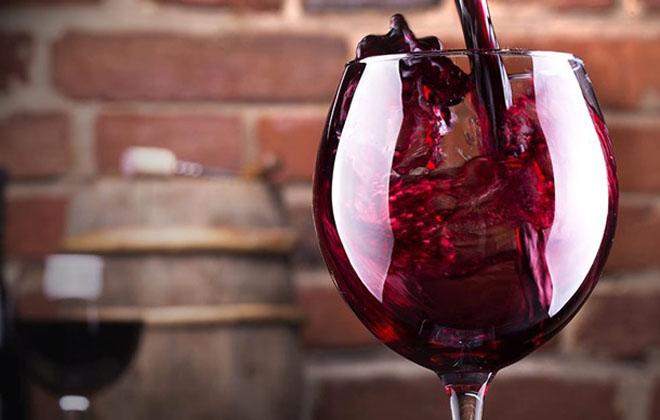Наливать вино
