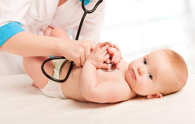Новорожденный ребенок и врач