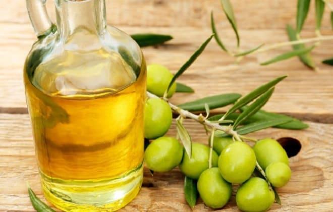 Оливковое масло в кувшине