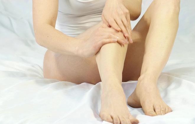Растирать ногу кремом