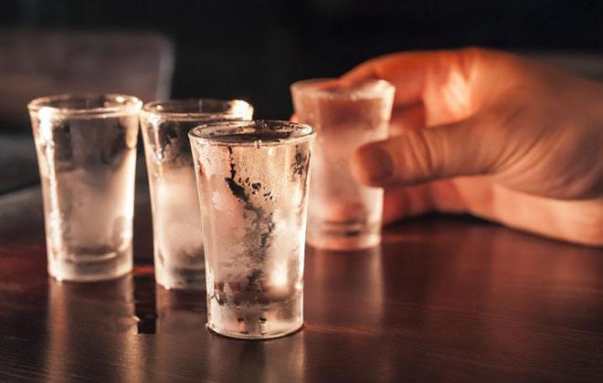 Выпивать водку