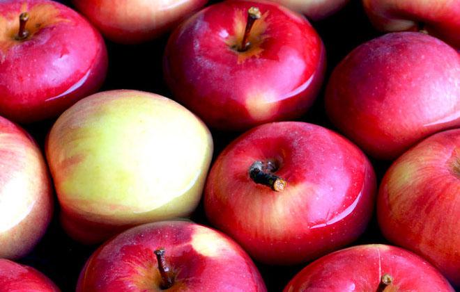 Яблоки в воде
