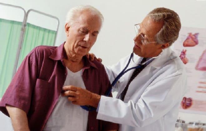 Доктор прослушивает сердечный ритм