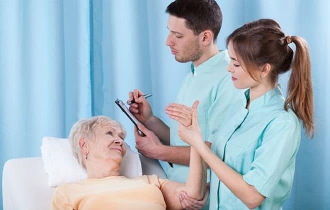 Врачи-ревматологи с женщиной