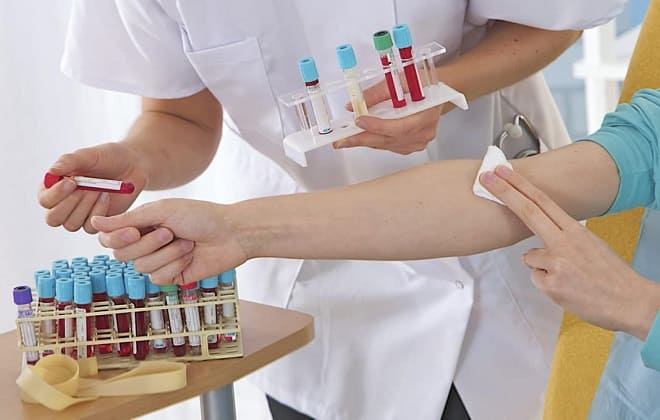 Лаборант берет венозную кровь
