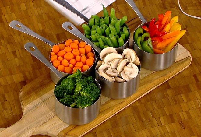 Пропорция шиповника к воде при приготовлении отвара составляет 1: в отдельную кастрюлю помещают морковь, лук и корень петрушки.