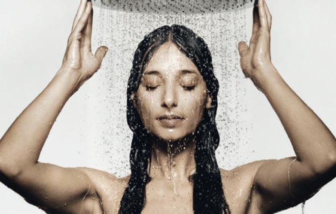 Принимать душ