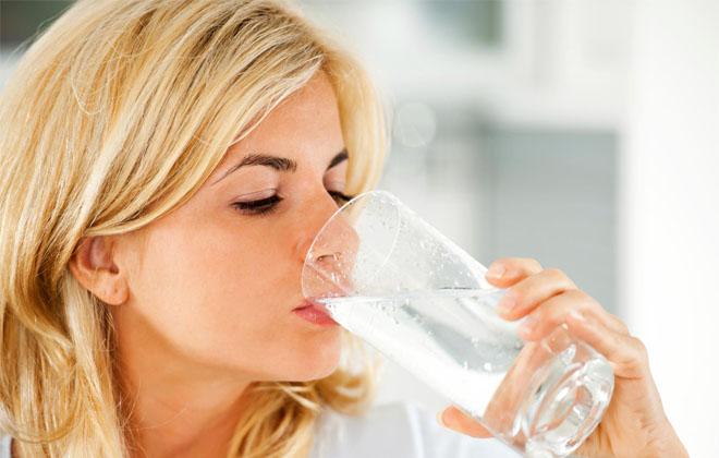 Можно ли пить много воды при гипертонии? Сколько нужно жидкости в день при повышенном давлении? Питьевой режим и минеральная вода при высоком давлении.