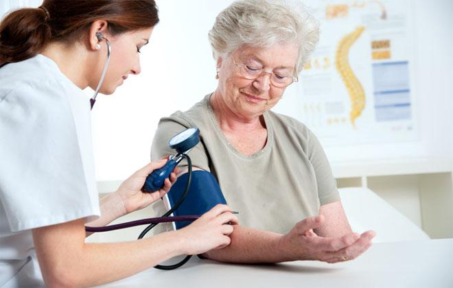 От чего резко падает давление у пожилого человека