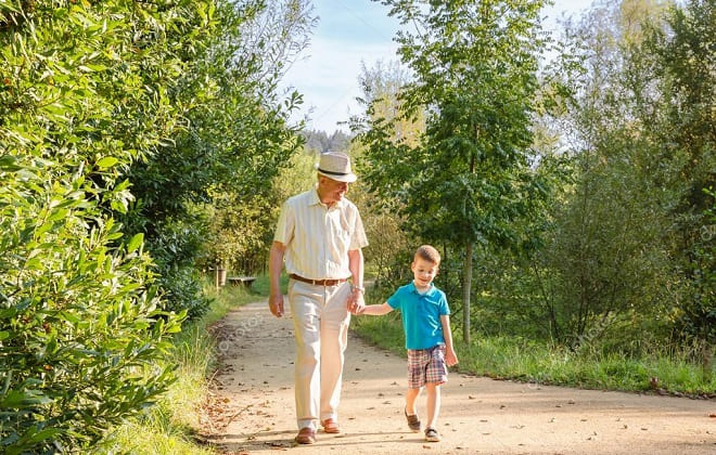 Дедушка гуляет с внуком