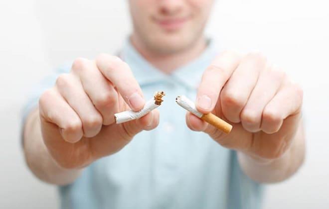 Мужчина бросает курить