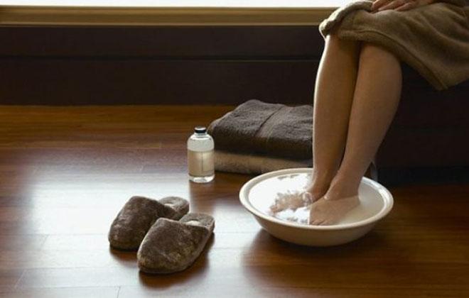 Опускать ноги в горячую воду