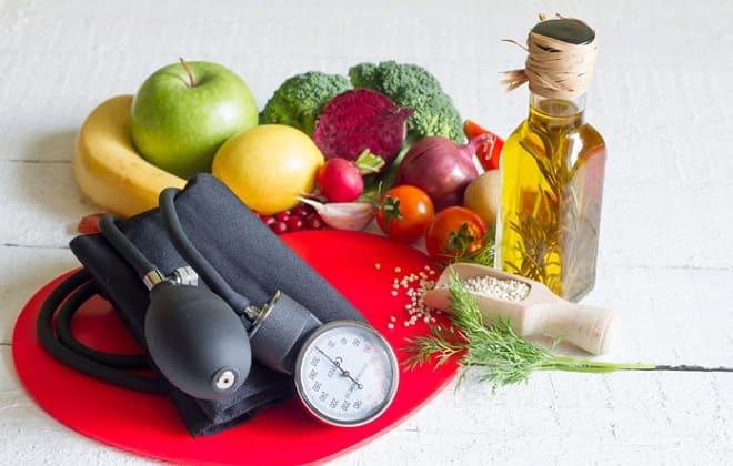 Тонометр с фруктами и овощами