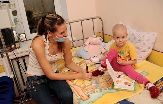 Женщина с больным ребенком