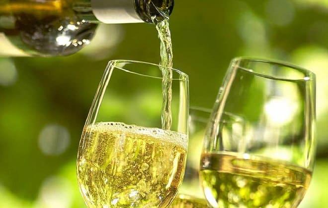 Бокалы белого вина