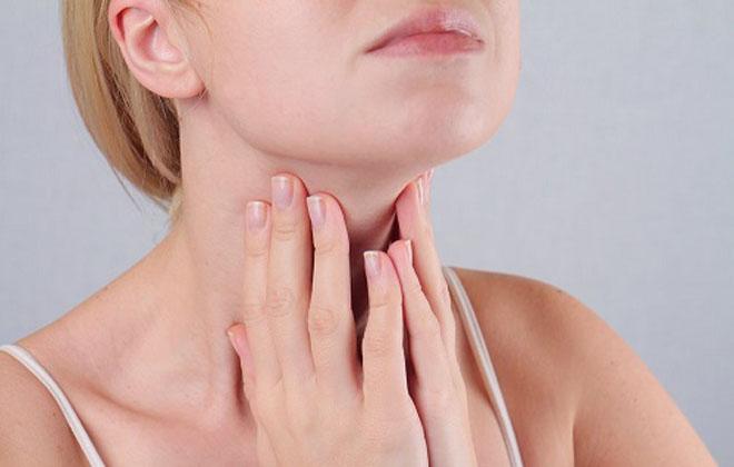 Давление на область горла