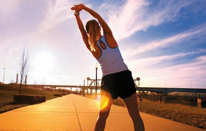 Девушка выполняет утреннюю гимнастику