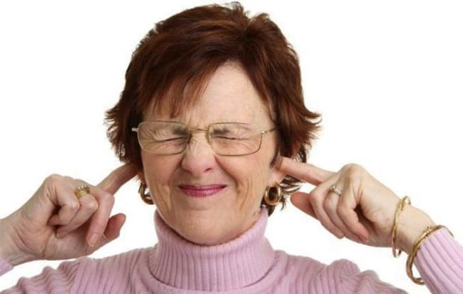 У женщины шумит в ушах