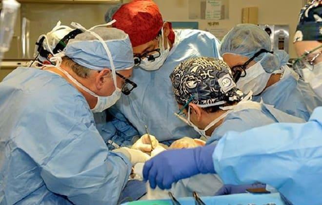 Выполнение операции в клинике