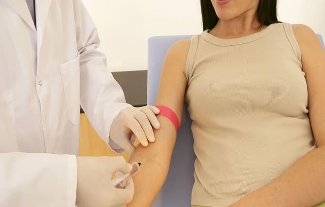 Женщина сдает анализ крови на ФСГ