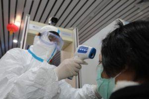 Как передается китайский коронавирус 2020: первые симптомы у человека и можно ли заразиться через посылки